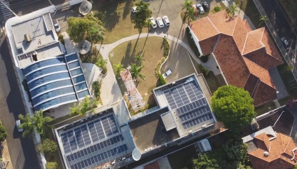 Placas de energia solar foram instaladas nas sedes das emissoras da TV TEM— Foto: TV TEM/ Reprodução
