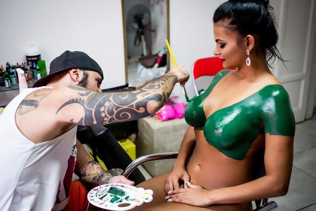 Musa do Palmeiras pinta o corpo (Foto: Nelson Miranda / AG Famosos / Divulgação)
