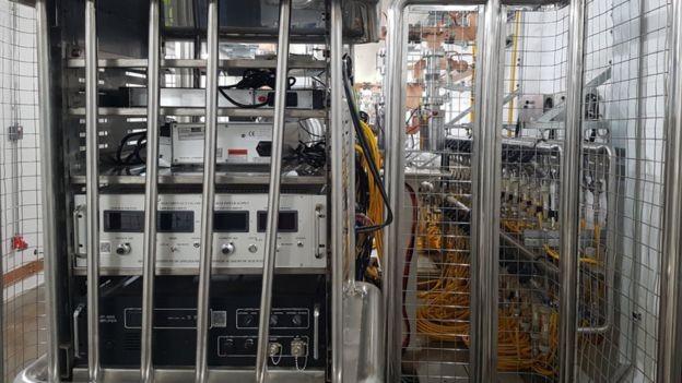Máquina responsável por gerar elétrons, que são acelerados até atingirem a velocidade da luz e formar a luz síncrotron (Foto: Felipe Souza/BBC News Brasil)