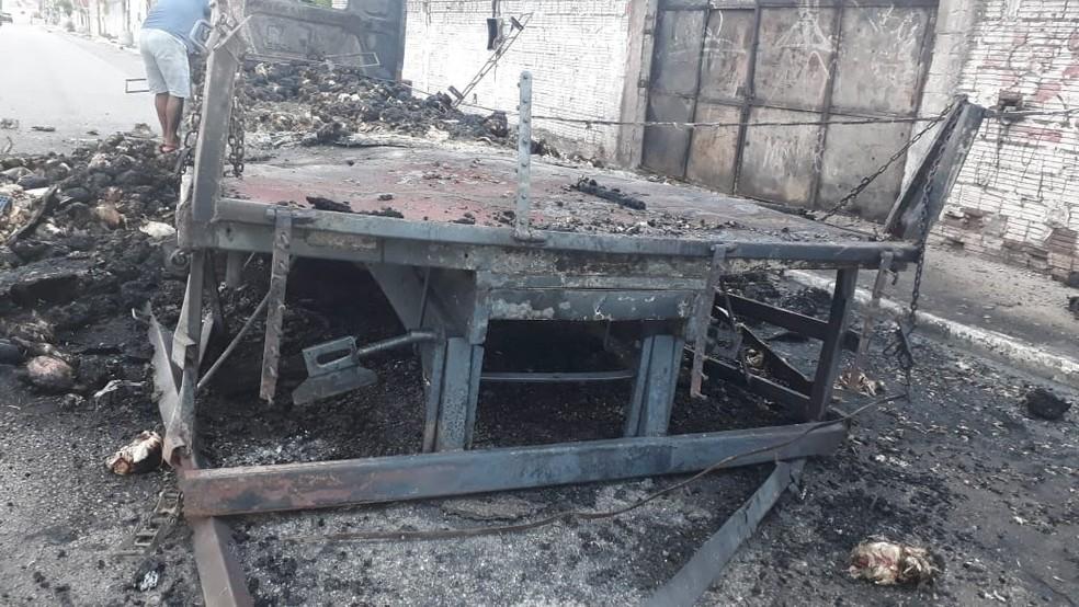 Caminhão carregado com cerca de 2 mil frangos foi queimado por criminosos em Caucaia, na Grande Fortaleza — Foto: Arquivo Pessoal