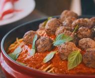 Espaguete com molho de tomate assado e almôndegas
