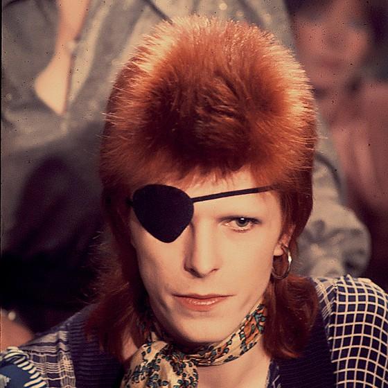 CAMALEÃO O roqueiro David Bowie caracterizado como Ziggy Stardust. A cabeleireira da mãe dele foi a responsável pelo corte alienígena (Foto: Chris Walter/Wireimage/Getty Images)