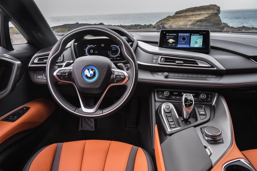 i8 tem interior com linhas futuristas e mostradores 100% digitais — Foto: Divulgação/BMW