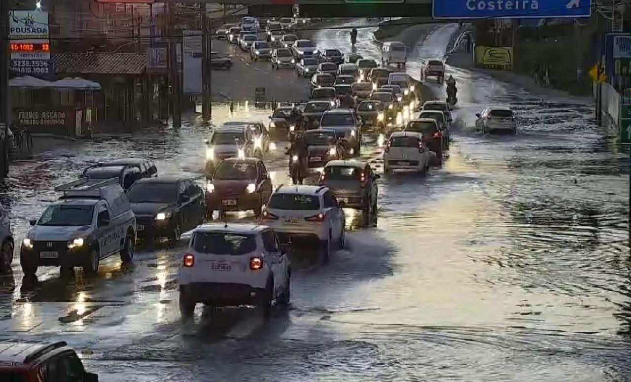 VÍDEOS: Maré alta causa alagamentos em cidades de SC