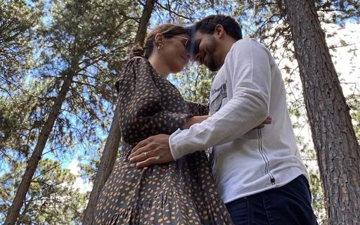 """Grávida do segundo filho, Monica Benini se declara para Junior Lima no aniversário dele: """"Sei que esse baby aqui dentro já vai nascer apaixonado por você"""""""