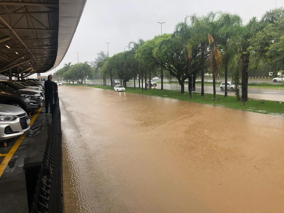 Chuva deixa ruas da região da Agronômica alagadas em Florianópolis — Foto: Jenninter Cordes/ NSC