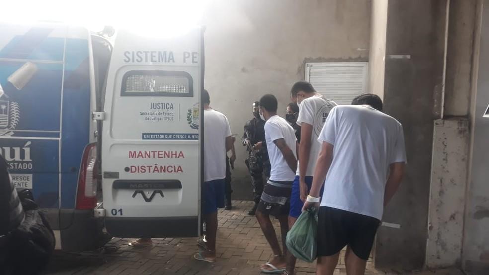 Detentos recebendo alta hospitalar em Teresina — Foto: HGV
