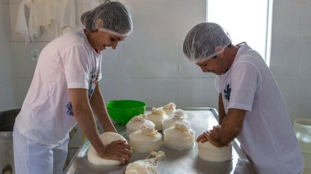 Maria Lúcia e Ivair José de Oliveira produzem queijo há 19 anos em seu sítio no interior de MG (Foto: arquivo pessoal)