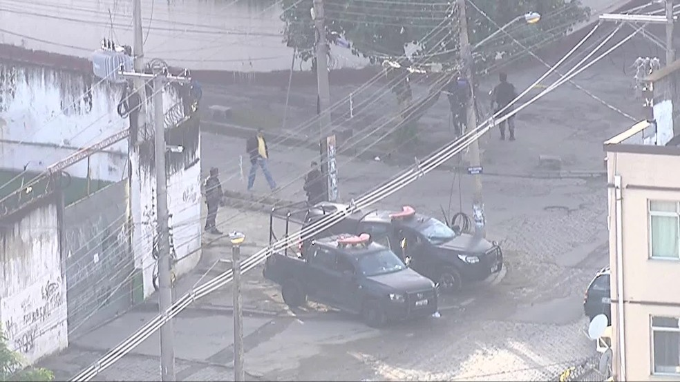 Policiais dos batalhões especiais atuam no Complexo da Maré desde as primeiras horas da manhã — Foto: Reprodução/TV Globo