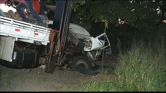 Motorista fica preso nas ferragens e morre em acidente entre dois caminhões na BR-230, na PB