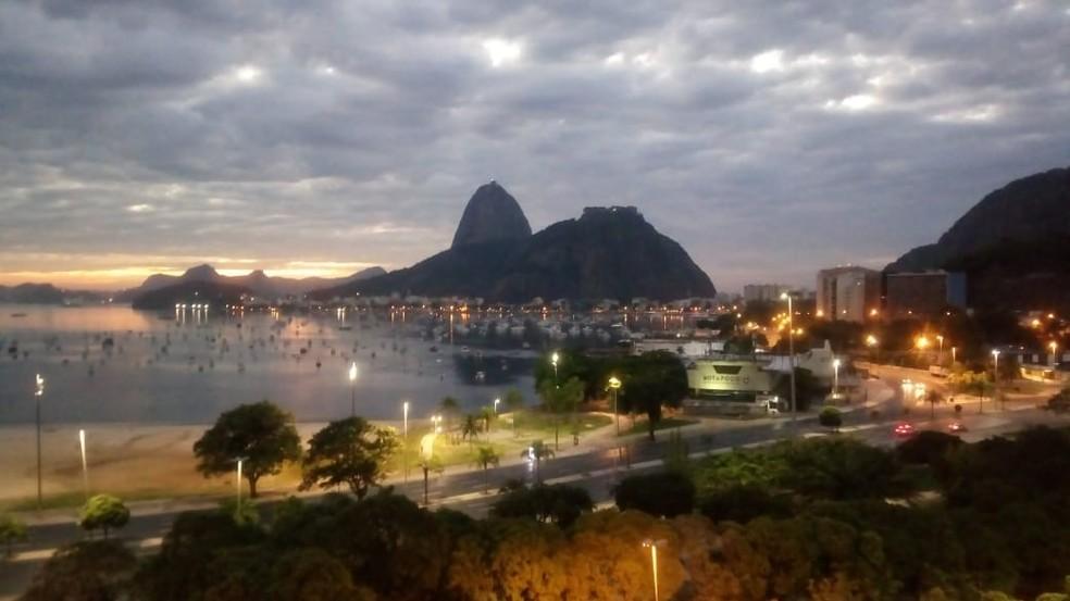 Amanhecer nublado em Botafogo, na Zona Sul do Rio, nesta quarta-feira (15). — Foto: Cristina Boeckel/G1