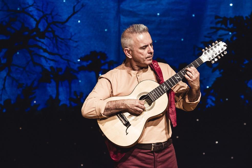 O músico Roberto Corrêa apresenta o espetáculo 'O violeiro' na Caixa Cultural Brasília  — Foto: Diego Bresani/Divulgação