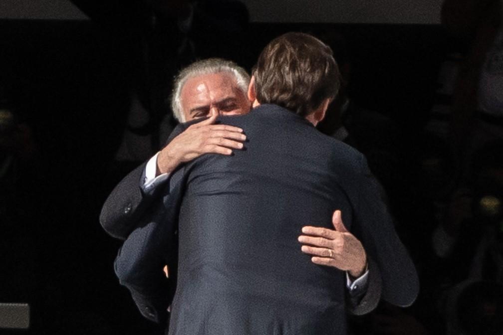 Michel Temer e Jair Bolsonaro se abraçam no Palácio do Planalto, antes da passagem da faixa presidencial — Foto: Fábio Tito/G1