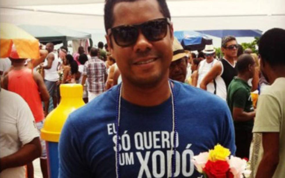 Érico de Moraes prestando homenagens a Iemanjá em anos anteriores — Foto: Arquivo pessoal
