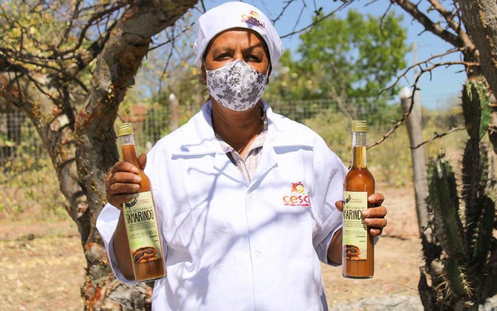 Marineide Arcanjo mostrando o licor de tamarindo que tem boa saída ao longo do ano, mas que tem vendas expandidas no período junino — Foto: Divulgação