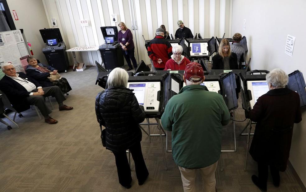 Eleitores votam antecipadamente nas primárias em Medina, Ohio, na segunda-feira (16). O governador do estado pediu o adiamento das prévias até 2 de junho por causa do coronavírus — Foto: Aaron Josefczyk / Reuters