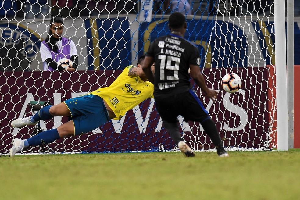 Brayan Angulo cobra pênalti contra o Cruzeiro — Foto:  EFE/ Yuri Edmundo