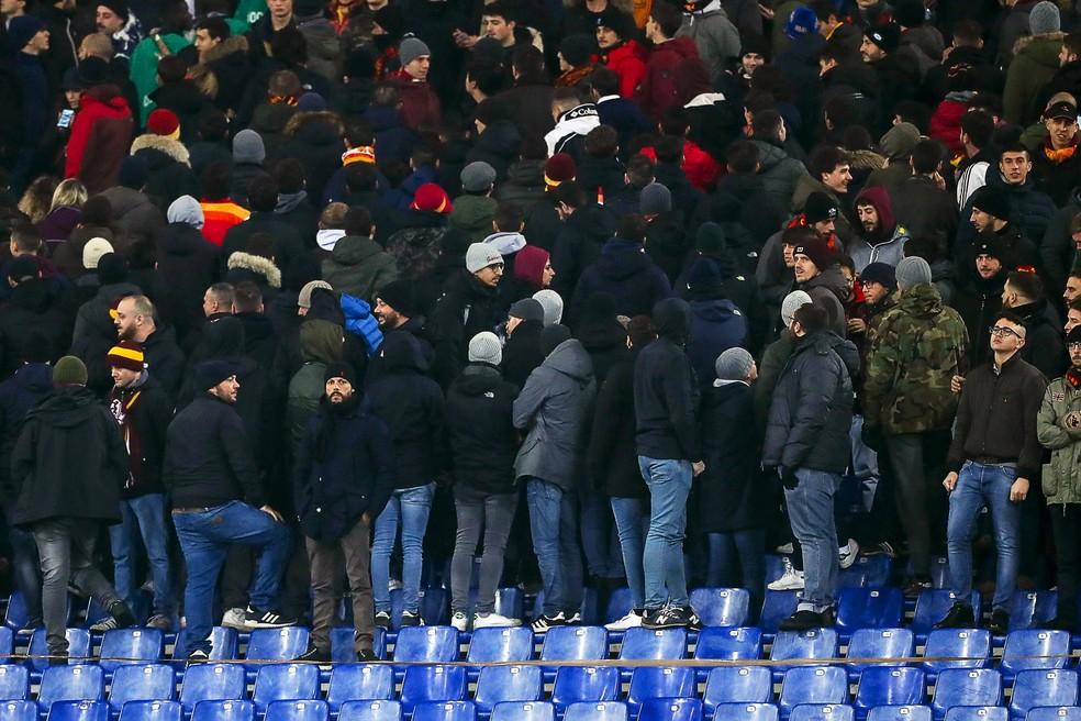 Torcedores da Roma viram de costas para o campo em jogo contra o Genoa — Foto: EFE/EPA/ANGELO CARCONI