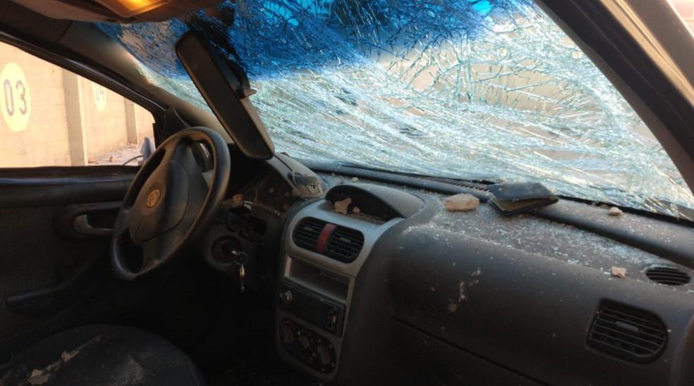 Automóvel ficou a frente destruída. O vidro da frente estilhaçado.  — Foto: Isaac Macêdo/SVM
