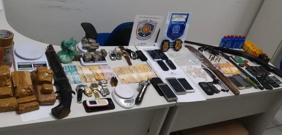 Polícia prendeu oito pessoas por envolvimento com tráfico de drogas em Lagoa do Carro (Foto: Polícia Militar/Divulgação)