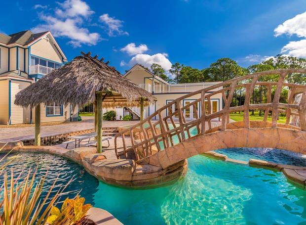 As estruturas da piscina foram adquiridas de um parque aquático da empresa (Foto: Treasure Coast Sotheby's International Realty/ Reprodução)