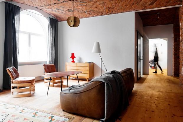 Décor do dia: sala de estar com teto de tijolos e móveis vintage