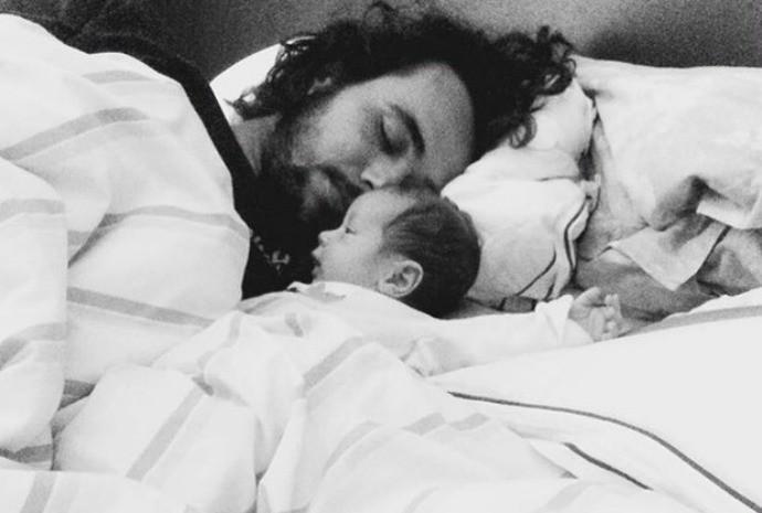 Olha que fofura! Bruno fez o clique na cama, junto com o pequeno Antonio. (Foto: Instagram / Bruno Ferrari)