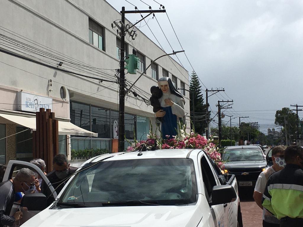 Sem cortejo dos fiéis, imagem de Santa Dulce dos Pobres percorre ruas de Salvador