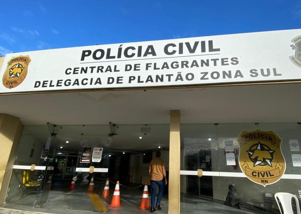 Suspeito foi conduzido à Central de Flagrantes de Natal — Foto: Kléber Teixeira/Inter TV Cabugi