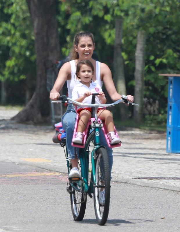 Deborah Secco busca filha na escola (Foto: Agnews)