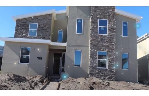 Casa tem dois andares e fica em condomínio que tem até um parque aquático (Foto: Reprodução/Youtube)