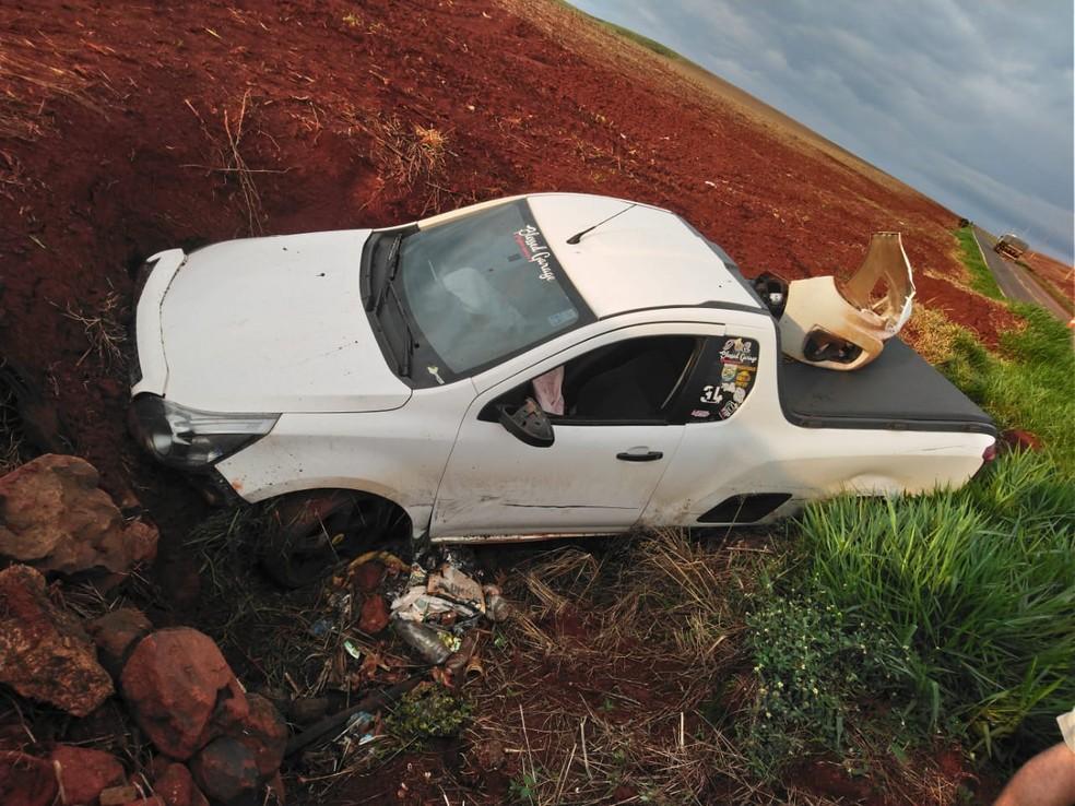 Picape bateu em barranco após acidente na PR-454, em Astorga, e ocupantes tiveram ferimentos leves — Foto: PRE-PR/Divulgação