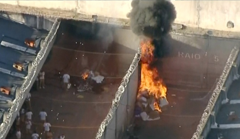 Colchõe se roupas foram incendiados durante a tarde em rebelião no CDP em Taubaté (Foto: Reprodução/ Rede Vanguarda)