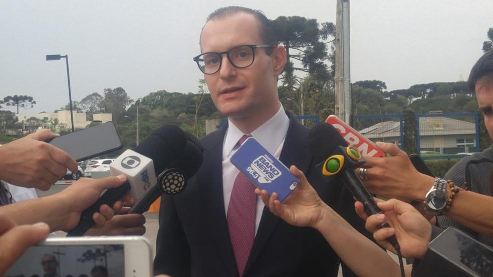 Cristiano Zanin, advogado do ex-presidente Lula, deu entrevista coletiva nesta sexta-feira (18) em Curitiba  — Foto: Jorge Melo/ RPC Curitiba