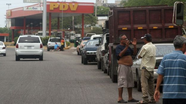 A escassez de gasolina tem provocado filas enormes em postos de gasolina em Maracaibo e outras partes do país (Foto: Getty Images via BBC News Brasil)