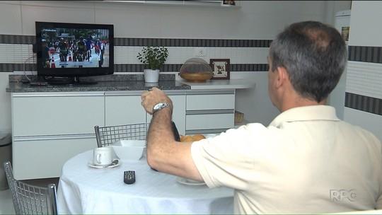 Sandro Dalpícolo abre as portas de casa para falar sobre TV digital