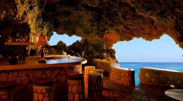 Hóspedes jantam em caverna, no hotel The Caves (Foto: Divulgação)
