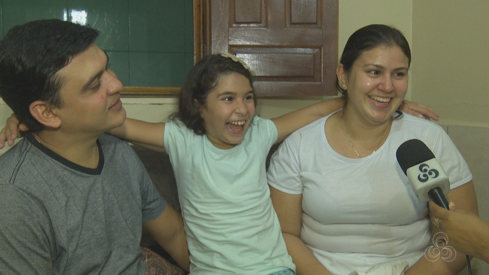 Mãe diz que pai e filha são muito grudados. Vanessa diz ser grata ao marido por tudo que fez pela filha deles (Foto: Reprodução/Rede Amazônica Acre)