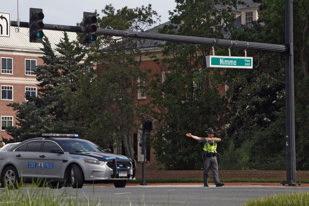 Policial fecha área de complexo administrativo de Virginia Beach, nos EUA, onde assassino abriu fogo e deixou mortos — Foto: Kaitlin McKeown/The Virginian-Pilot via AP