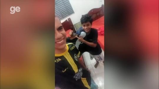 """Garoto improvisa camisa do Vasco e brinca com fama na web: """"Botei até patrocínio"""""""