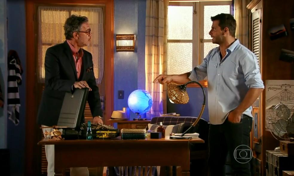 Duque (Jean Pierre Noher) mostra a Cassiano (Henri Castelli) o dinheiro que recebeu de Dom Rafael (Cesar Troncoso) - 'Flor do Caribe' — Foto: Globo