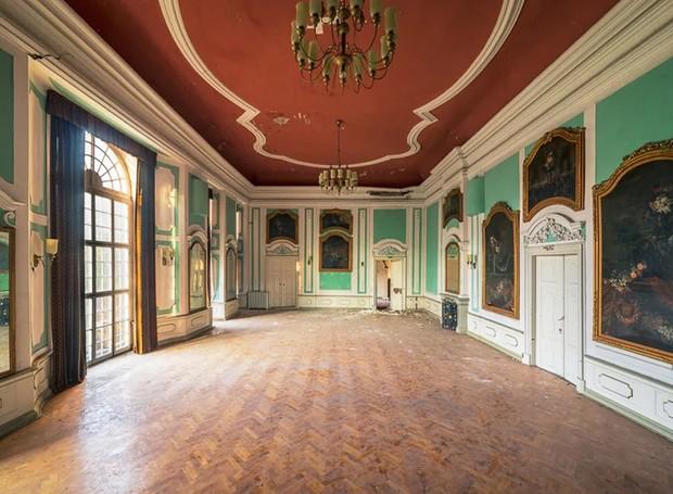 Salão de banquetes em castelo abandonado na Alemanha (Foto: Michael Schaw/ Reprodução)