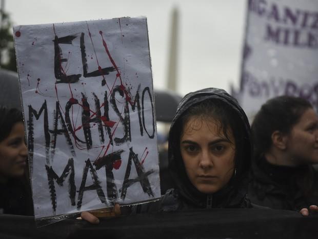 Mulher participa de marcha nesta quarta-feira (19) em Buenos Aires conta a violência contra a mulher (Foto: EITAN ABRAMOVICH / AFP)