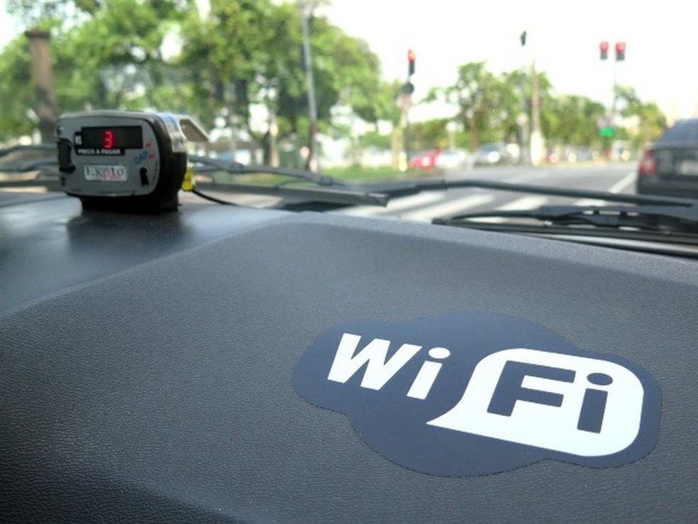 Táxi oferece Wi-Fi (Foto: Orion Pires / G1)