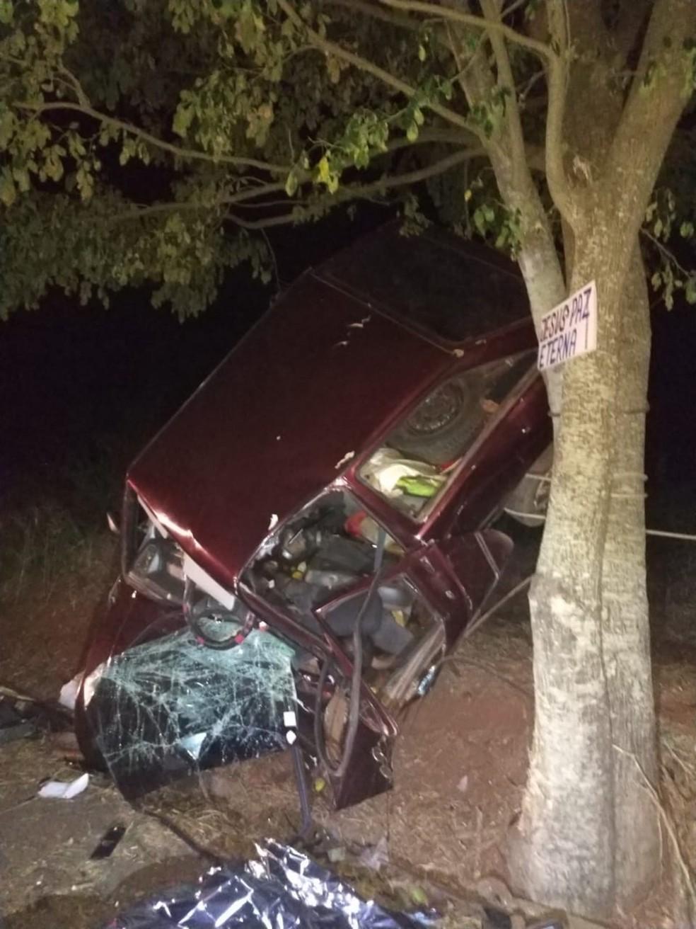 Carro bateu contra rvore em rodovia em Mirante do Parapanema  Foto Polcia Rodoviria