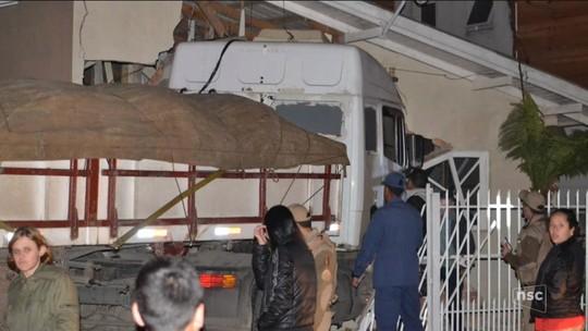 Caminhão invade e destrói quarto e quintal de casa em Lages