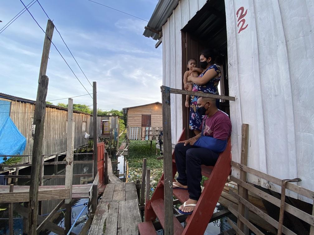 Moradores de palafita nas margens de igarapé em Manaus temem cheia. — Foto: Patrick Marques/G1 AM