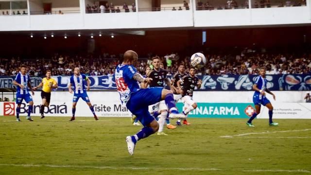 Tiago Luís acertou apareceu bem no primeiro tempo