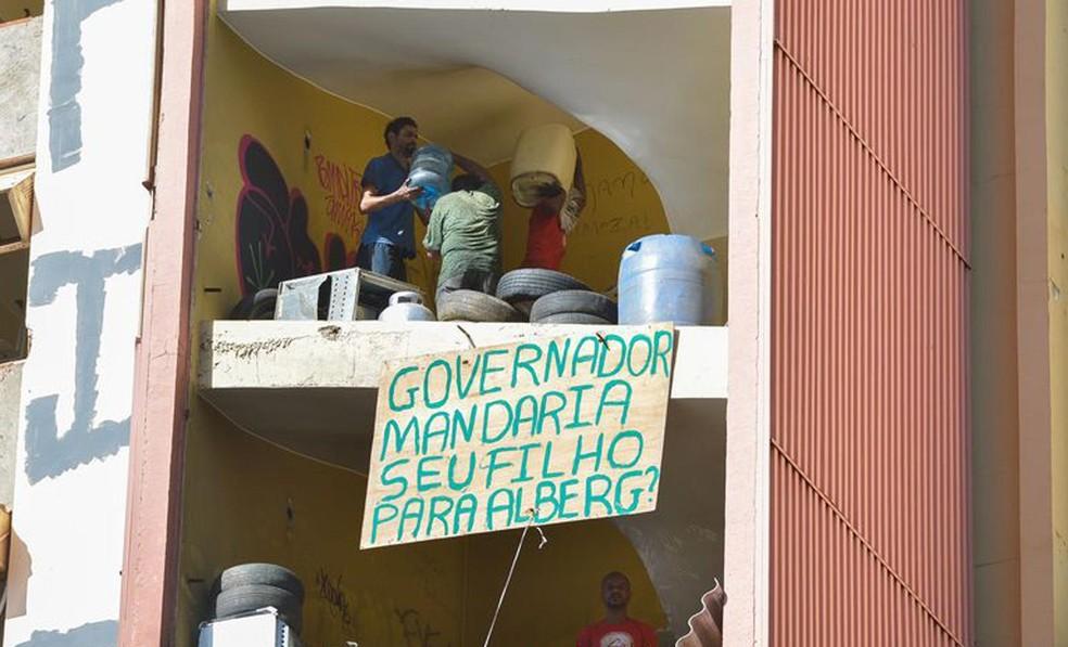 Antigo hotel Torre Palace com grupo de invasores durante ação de reintegração de posse, em imagem de arquivo (Foto: José Cruz/Agência Brasília)