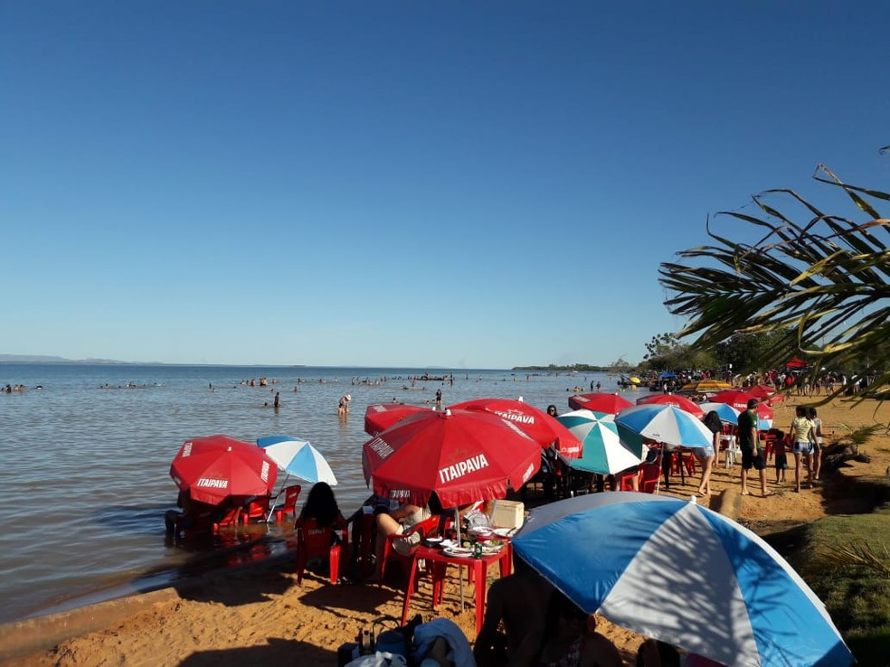 Banhistas curtem praia em Luzimangues, distrito de Porto Nacional (Foto: William Ricardo/TV Anhanguera)
